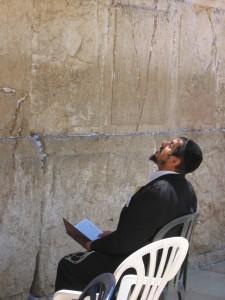 man praying at Kosel